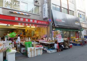 「ながえ」の反対側の出入口(右側)、隣には「渡部青果店」があり、野菜や果物が安い