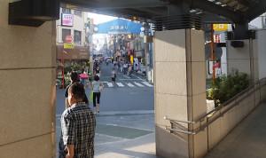 (1)日吉駅の西口を出ようとすると、4つの商店街のアーチが見えてきます。右手青い色の「浜銀通り」に進みます