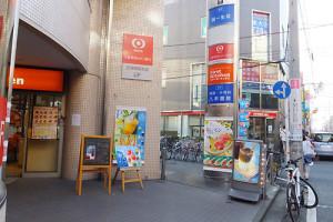 (3)数十歩も歩けば「東京三菱UFJ」の看板と、ハンバーガー店「ファーストキッチン」が左手に見えます
