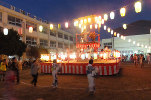 日吉台小で開かれた盆踊り(2015年7月25日)