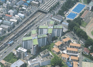 「X」の形状の建物が2棟並んでおり、日吉駅(写真上部)も間近だ(2006年3月18日にアドバンス・レジデンス投資法人が発表したPDF資料より)