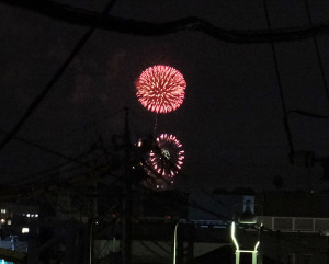 日吉駅周辺の建物2階からでも遠くに見えた「神奈川新聞花火大会」の様子