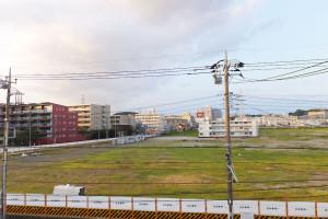 甲子園球場ほどの敷地面積があるパナソニック綱島事業所の跡地。9月中旬からの工事に備えてか、工事用とみられる建物も見える(2015年8月15日撮影)