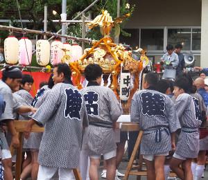 綱島東小学校に続く参道には夜店が並び、神輿も集まる(2015年8月29日撮影)