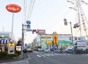 南日吉団地入口の交差点には「ジョナサン」と「銚子丸」が向かい合って並ぶ