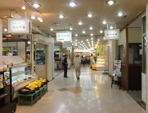 駅ビル商店街の専門店街は撤退が相次ぎさびしくなっている、奥側が東急ストア