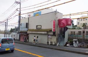 手前に綱島街道、後方には東急の線路があるため、狭隘な土地に建てられていた(2015年)