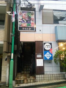普通部通りのビル2階にあった「東方廳(ドンファンティン)日吉店」(2015年9月10日撮影)