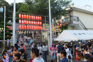 神社や学校などでの祭りは大半が地元の町内会・自治会が主催している(箕輪町)