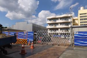 体育館の建て替え工事の様子(2015年9月12日撮影)