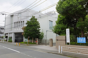 右側は北綱島小学校の校門で、左側の建物が北綱島特別支援学校
