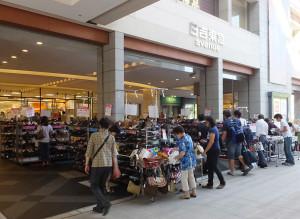 日吉東急の入口前で行われている大塚製靴「ハッシュパピー」のセール