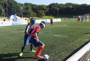 陸上競技場ではフットサルの体験会などとともに、目の見えない状態でプレーする「ブラインドサッカー」の試合も行われ、観客は熱戦に見入っていました