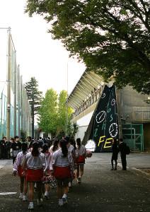 後夜祭リハーサルへ向かうチア・リーディングの皆さん。最後の夜も盛り上がったのでしょうか。慶應義塾高校、女子高校の皆さん、本当に楽しい時間をありがとうございました(橋本)