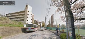 2014年4月のグーグル「ストリートビュー」より。左側にある5階建てのマンション風建物が「渋沢倉庫下田町社宅」、右は慶應大学のサッカー場。右に写るバス停は「グランド前」