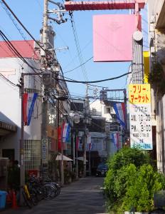 メイルロードの入口(中央通り側)にもフリーマーケットの告知看板が出ている(左側の建物が日吉郵便局)