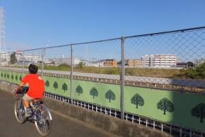 綱島街道側の歩道からは敷地が見渡せるようになった。白い建物は現在分譲中の「クオス綱島ザ・レジデンス」