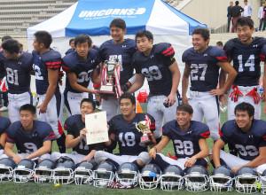 優勝トロフィーを手に喜ぶ慶應高校ユニコーンズの選手たち