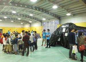 体育館内では手作りのプラネタリウムや子供向けの実験などが行われている