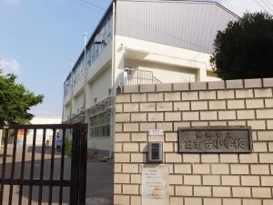 日吉台小学校の正門と体育館