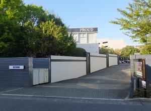 野村総研日吉寮の敷地内に完成している「プラウド日吉」のモデルルーム、「日吉寮」の表札が「PROUD」に変わっている