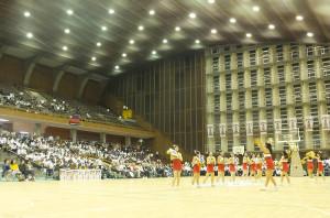 試合会場の日吉記念館、ゲームの合間には慶應のチアリーディング部が会場を盛り上げた