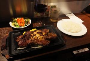 リブステーキ300グラム超とライス、小サラダ、ワイン1杯で約3000円程度