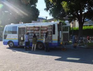 「はまかぜ号」が本を積んで公園などへやってきて、移動図書館が開設されます