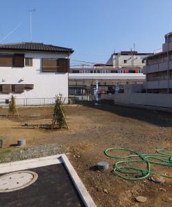 手前が三井の分譲地で、青い旗が立っている所が東急リバブルの建設予定地