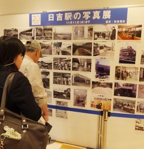 2階西口エレベーター付近で行われている「日吉駅の写真展」を見入る人が多い