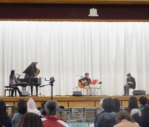 「ツナコメ」に続いて登場したのは結成1年というシークレットバンド(?)の「PUKA PUKA」。アンコールも含め4曲を熱唱しました。ボーカルは校長先生だとの噂も……。