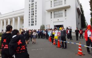 校舎前ではコスプレ?した生徒が並んでお出迎え・・・ではなく日吉祭名物の呼び込みも見られます