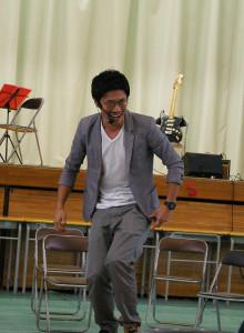 乙島山ノブヨシさん。生徒たちに寄り添う知的なお笑いイケメン。語学ネタもキラリ
