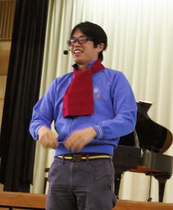 ヨージさん。独特の語り口。マフラーはピアノの内カバーというネタで笑いを誘っていました