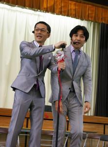 「世界事情」の二人。折り目正しそうなスーツ姿。時事ネタが光っていました