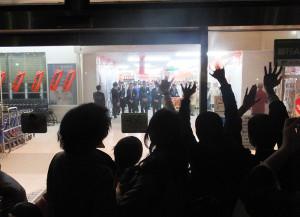 シャッターが閉まる直前、店長やスタッフに向かって多くの聴衆が手を振っていた