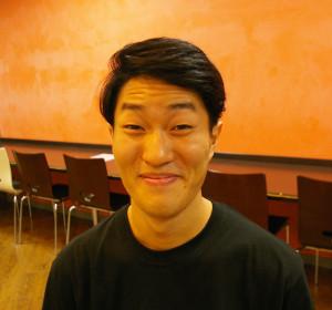 今回の公演の企画責任者の飯塚政博さんは相模原市在住、慶大経済学部に在学中。人を楽しませる「お笑い芸人」がカッコイイと感じたのが演劇の世界に入ったきっかけ