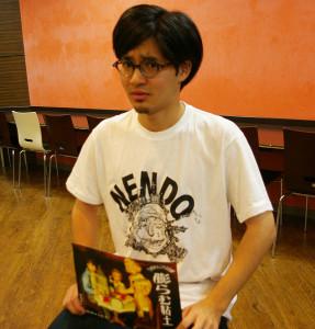 「ドグマ93」のムードメーカー・岩崎裕介さんは東京大田区在住、慶大文学部在学中。「このサークルの人間が好き。音響も得意で「タイミング一つで作品が変わる」とそのコツを語ります