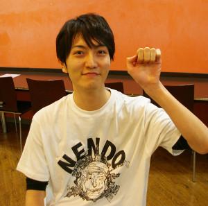 映像も得意な「ブレーン役」岡戸優太さんは埼玉県久喜市在住で慶大法学部在学中。演劇を始めてから知ったつかこうへいさんの刺さってくるような作品の力強さ、根源的な愛を描く世界感にも影響を受けているとの事