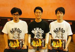 左から岩崎さん、飯塚さん、岡戸さん。お揃いの「NENDO」Tシャツで今回の「膨らむ粘土」公演への想いを語ってくれました