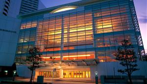本格的なフル・オーケストラのコンサートは、横浜みなとみらいホールなど大規模な既存のホールを利用するなど「利用のすみ分け」をはかるしかなさそうだ(写真:横浜みなとみらいホール公式サイトより)