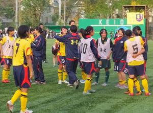 試合終了後に8位チームの敗戦の報が届き、一転インカレ出場を喜ぶイレブン