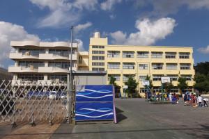 現在、体育館の建て替え工事が行われている駒林小学校