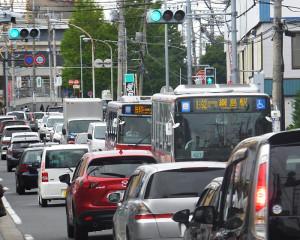 綱島街道の2車線区間は渋滞がたびたび発生する(日吉駅に近い箕輪町1丁目付近)