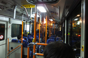 深夜急行バスの車内は独特の雰囲気で眠りに誘われやすいので要注意