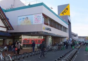 アピタ日吉店の開店(9時30分)を待つ人々