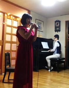 「よってこしもだ」1周年記念ジャズ・ライブで歌う井川容司美(よしみ)さんと、ピアノを演奏する杉山貴彦さん。このコンサートへの参加者から、クリスマスライブへのリクエストがあがり、今回の企画につながった(井川さん)とのこと
