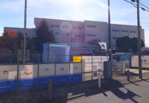 綱島東小学校の東門近くで来年3月のオープンに向け工事が進んでいる