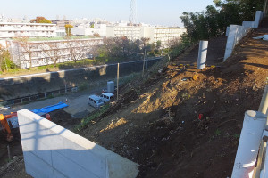 日吉神社への車道から見た造成現場。矢上川の向こうに見えるのは川崎市木月4丁目の「木月住宅」(財務省職員用の宿舎)