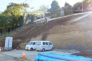矢上川沿いから見た造成現場。上部左手の木々のなかに日吉神社がある